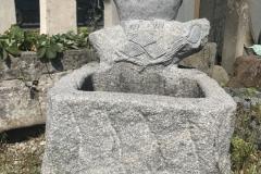 Pflanzgefäß mit Figur aus Granit